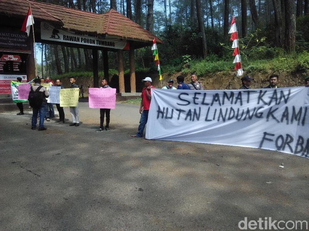 Demonstran Sambut Kedatangan Menpar di Orchid Forest Lembang