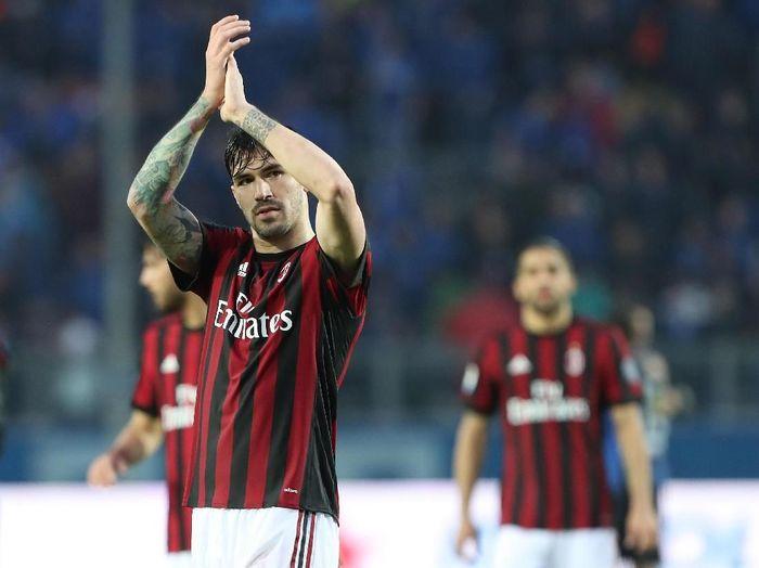 Alessio Romagnoli diserahi ban kapten AC Milan. Karakternya dianggap mirip legenda klub, Alessandro Nesta. (Foto: Marco Luzzani/Getty Images)