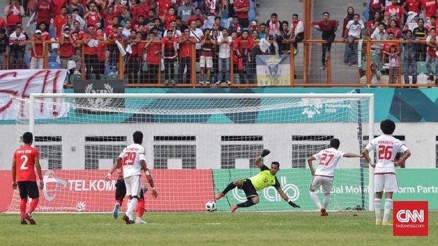 Gawang Andritany Ardhiyasa dua kali dibobol UEA lewat tendangan penalti.