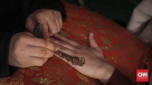 Tatto Henna gratis di Festival Arab Saudi bertajuk Saudi House  yang menyambut perhelatan Asian Games 2018, Jakarta (25/8). Acara tersebut digelar di Restoran Pulau Dua, Senayan, Jakarta, dan dihelat dalam dua periode.Periode pertama dilaksanakan pada 19-22 Agustus sedangkan periode kedua dihelat pada 24-28 Agustus. (CNN Indonesia/ Hesti Rika)