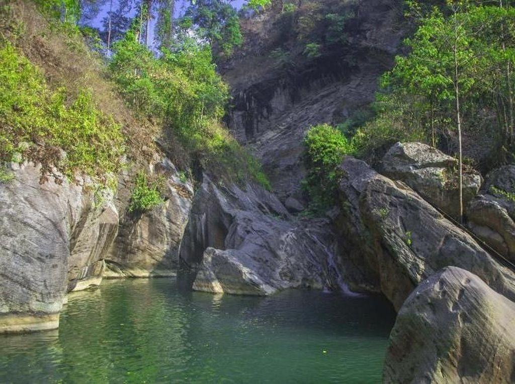 Segarnya Main Air di Kolam Purba Sanghyang Heleut