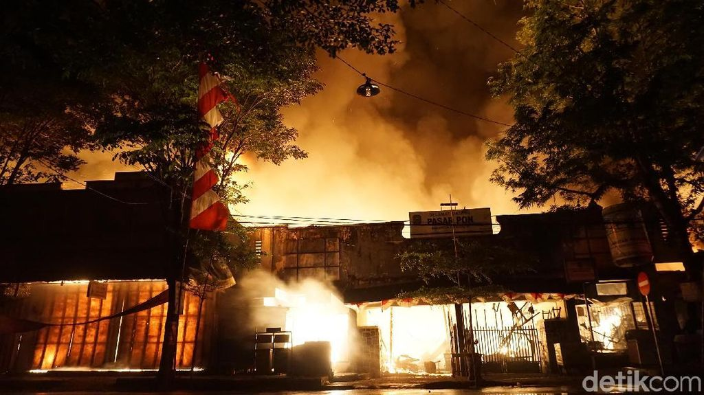 Penampakan Kobaran Api yang Hanguskan Pasar Pon Trenggalek