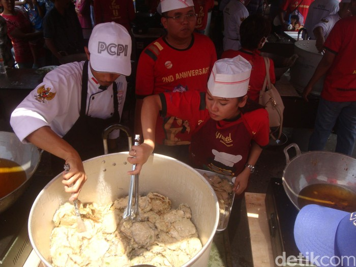 Satu tim berisi tiga orang memasak mendoan di memecahkan rekor dunia memasak mendoan terbanyak. Foto: Arbi Anugrah/detikcom