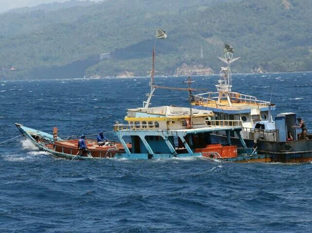 Susi Lacak Pemilik Kapal Diduga Ilegal yang Terbakar di Muara Baru