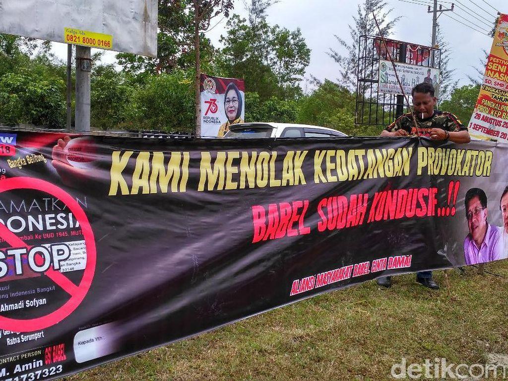 Suasana Demo Tolak Ratna Sarumpaet-Rocky Gerung di Bandara Babel