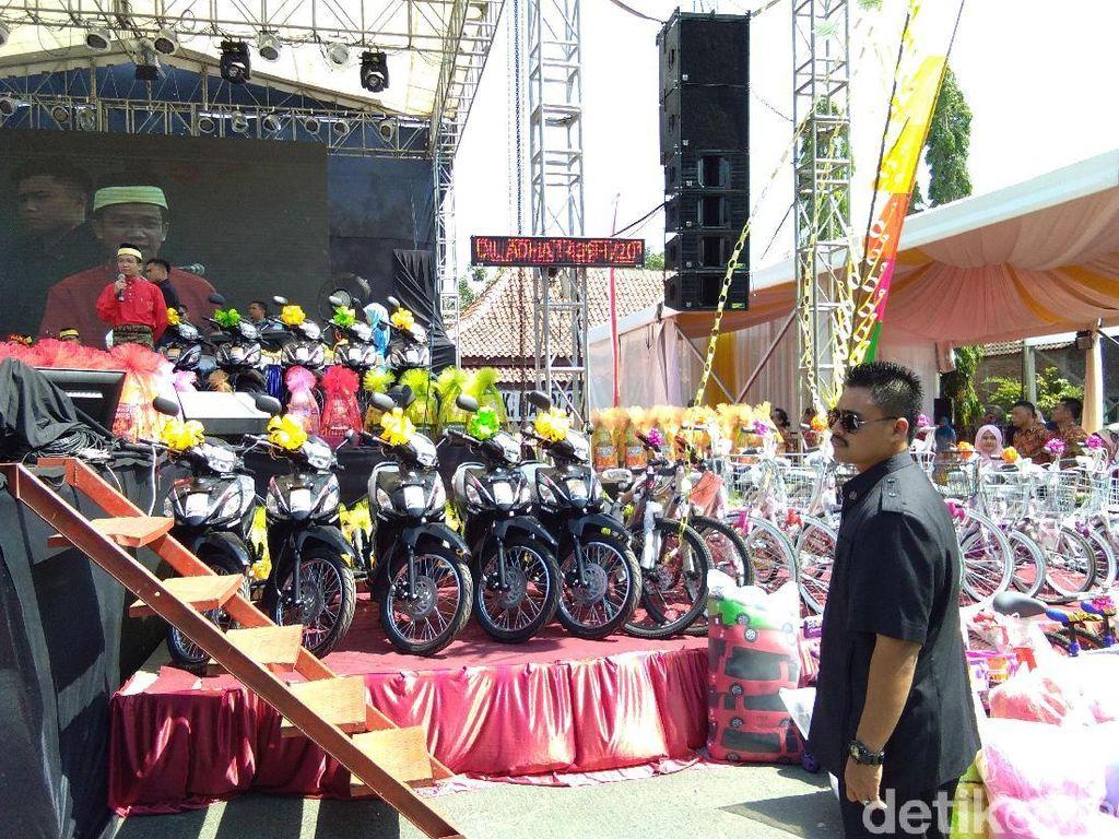 Banjir Hadiah dari Bangsawan Kelantan di Demak, Mainan sampai Motor