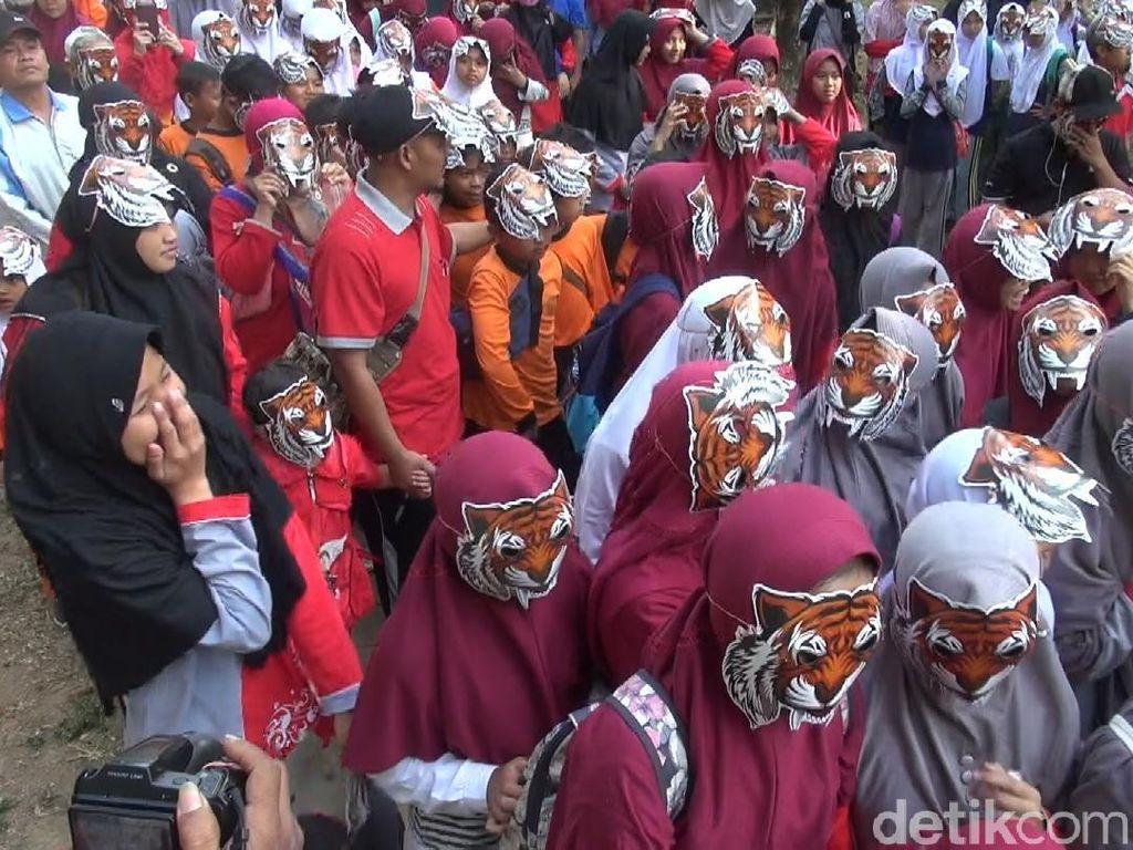 Kenakan Topeng Harimau, Ribuan Orang Ajak Cintai Satwa
