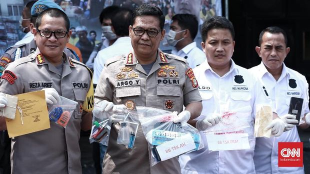 Polisi menunjukkan barang bukti saat merilis penangkapan Fariz RM, Agustus 2018.