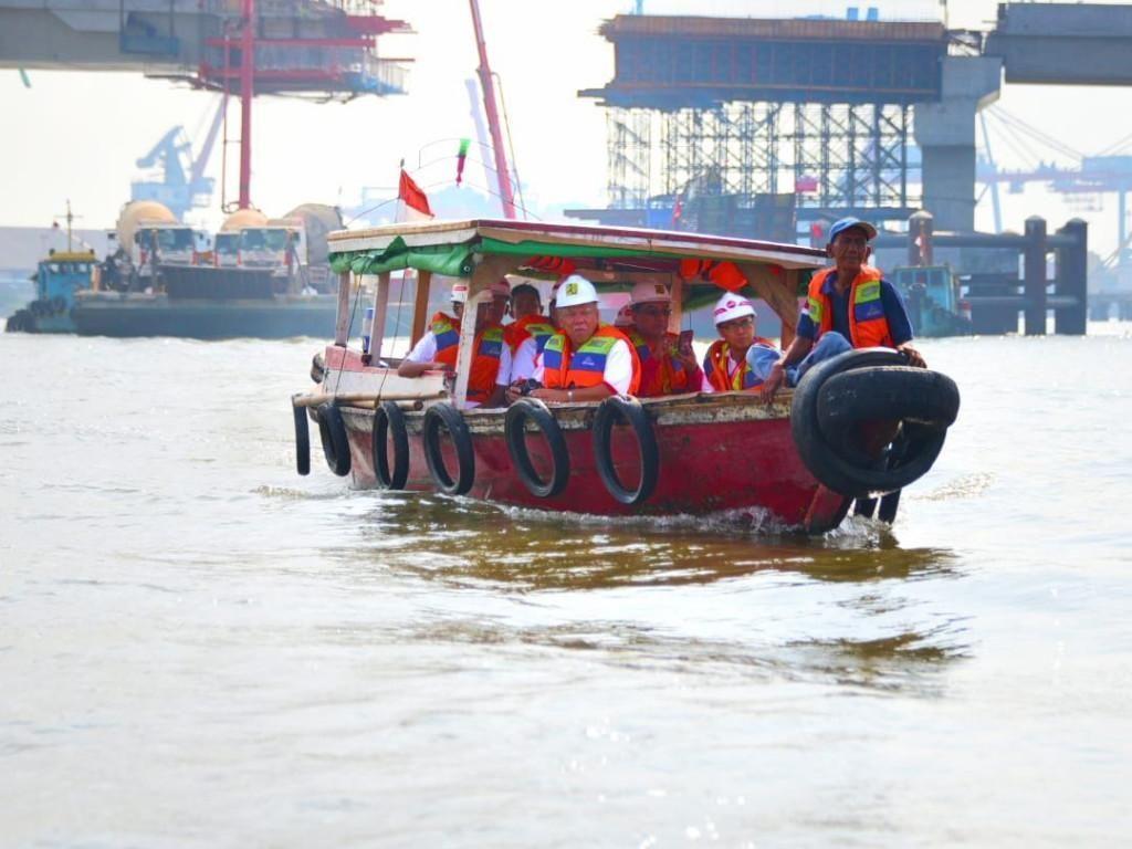 Naik Perahu, Menteri PUPR Tinjau Proyek Jembatan Musi