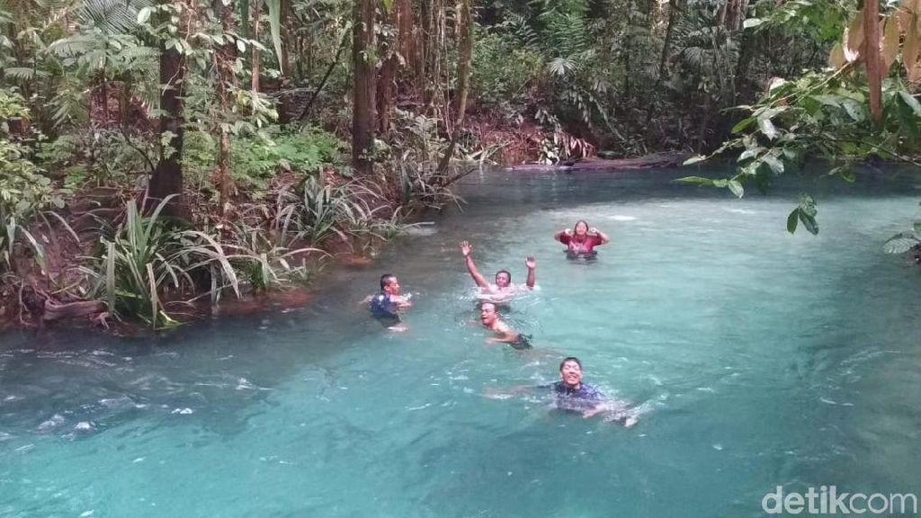 Foto: Berenang di Sungai Sebiru Kristal di Raja Ampat