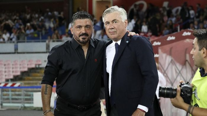 NAPLES, ITALY - AUGUST 25:  Coach of SSC Napoli Carlo Ancelotti greets coach of AC Milan Gennaro Gattuso before the serie A match between SSC Napoli and AC Milan at Stadio San Paolo on August 25, 2018 in Naples, Italy.  (Photo by Francesco Pecoraro/Getty Images)