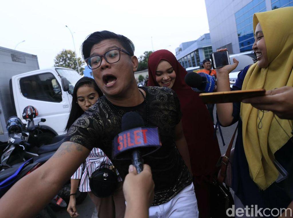 Babang Tamvan Foto dengan Wanita Seksi, Siapa Lagi Itu?