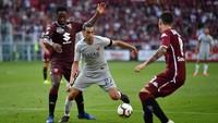 Javier Pastore diboyong AS Roma setelah menyetor 24,7 juta euro ke PSG. Padahal nilai aslinya cuma 7,6 juta euro atau ada selisih 17,1 juta euro. (Foto: Valerio Pennicino/Getty Images)