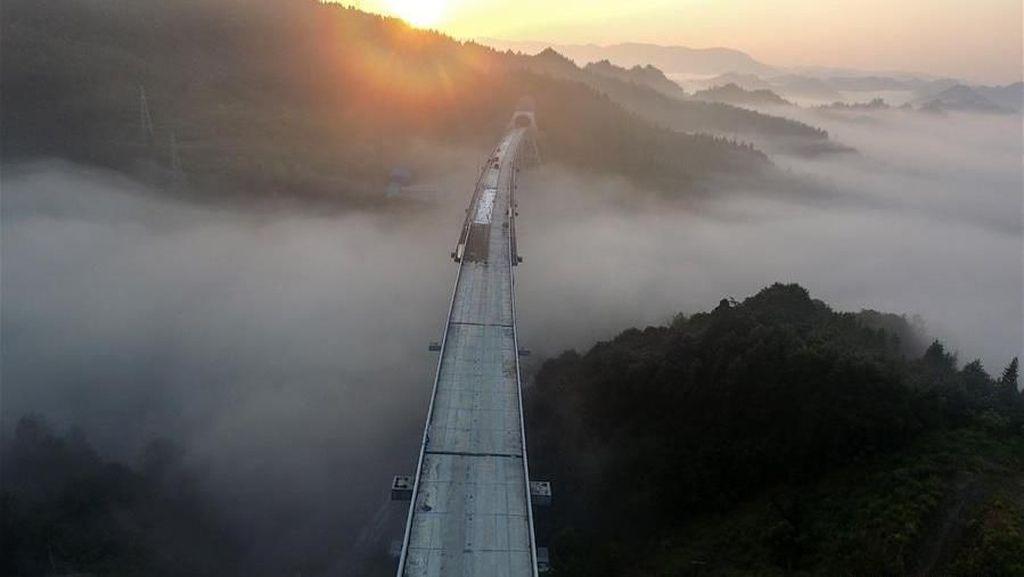China Bangun Jembatan di Atas Awan