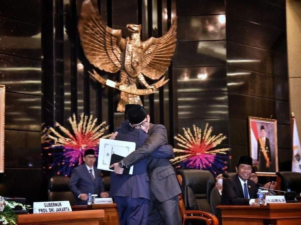 Momen Sandiaga Peluk Anies Saat Pamit dari Wagub DKI