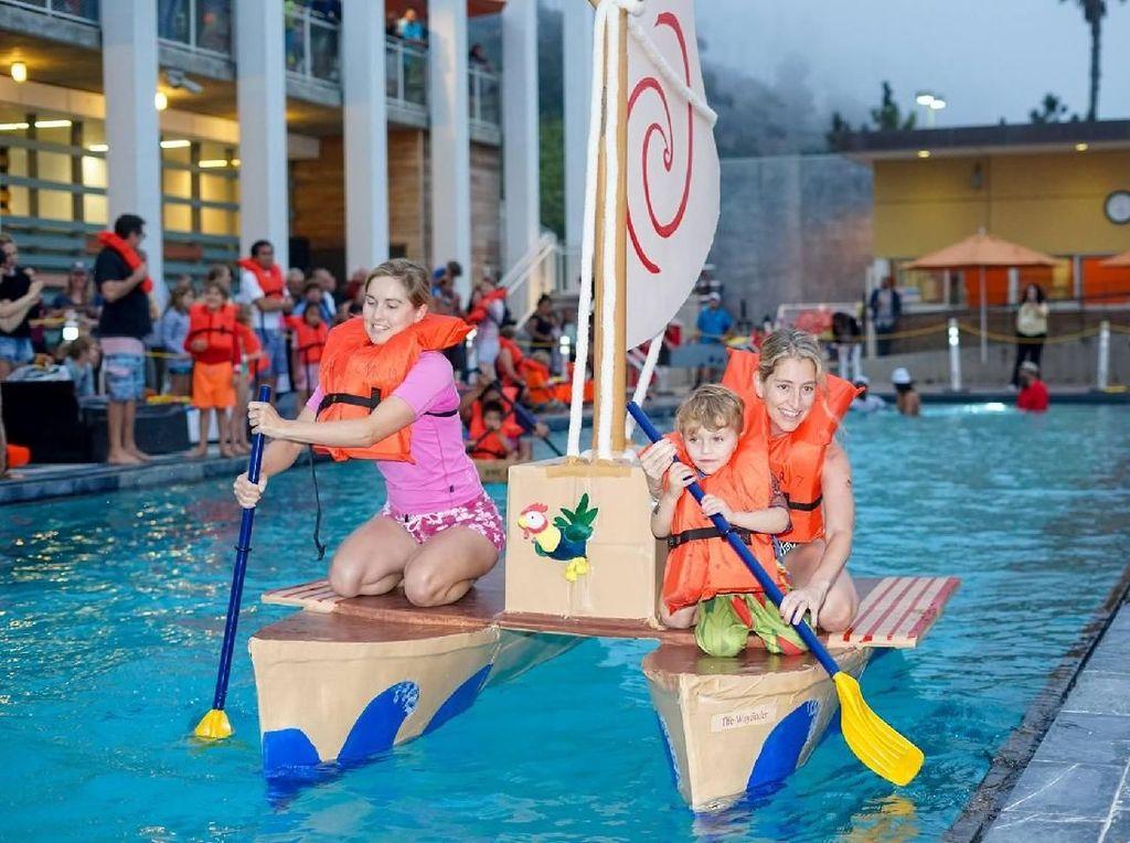 Foto: Balapan Pakai Perahu Kardus yang Bikin Heboh