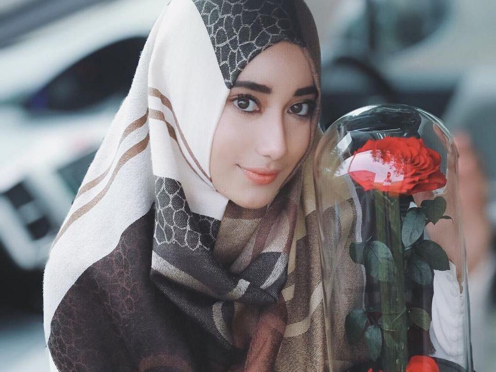 Inspirasi Gaya Hijab Menutup Dada Ala Syaira, Putri Cindy Fatika Sari
