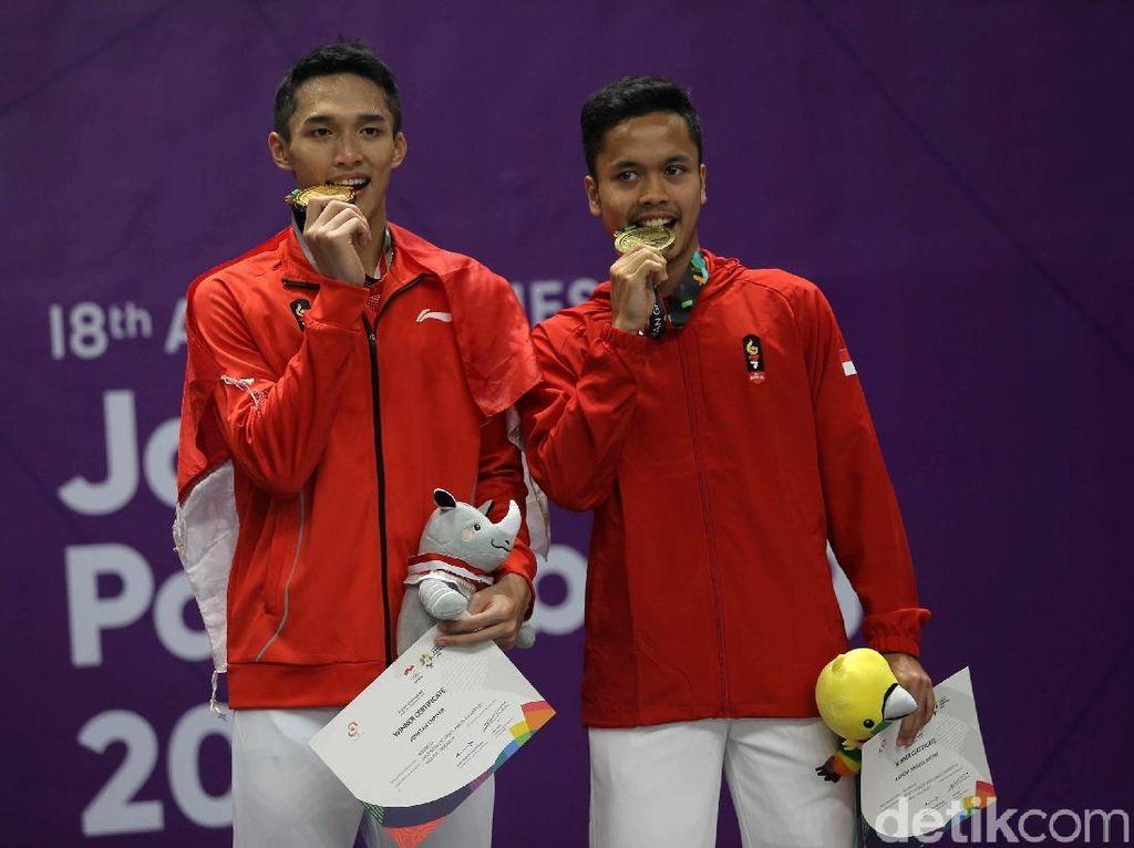 Asal-usul Pose Foto Atlet Gigit Medali Emas Seperti Jonatan Christie