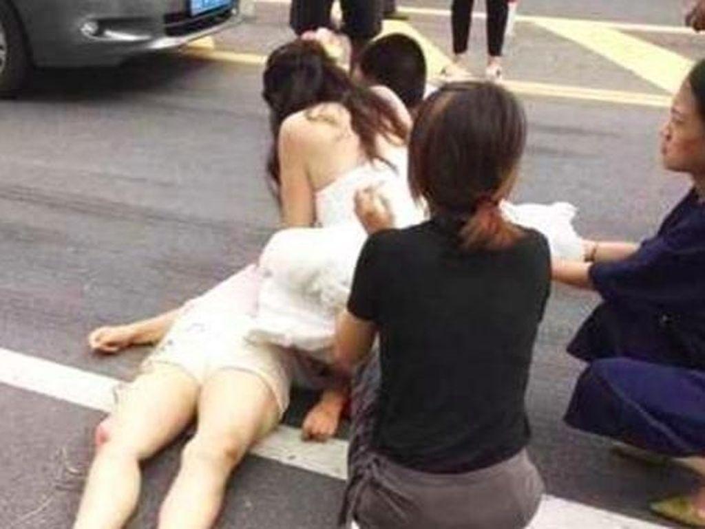 Masih Pakai Gaun Pengantin, Aksi Wanita Tolong Korban Kecelakaan Ini Viral