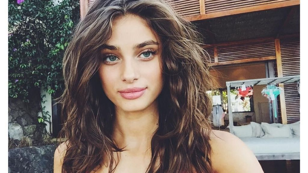 Gaya Liburannya Taylor Hill, Si Model Victoria Secret
