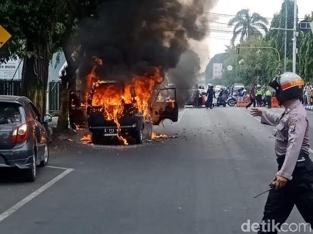 Mobil Terbakar di Jombang, Satu Keluarga Selamat