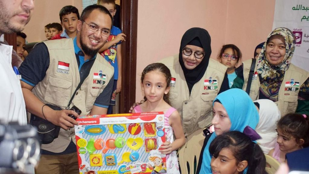 KNRP Beri Mainan Anak-anak Palestina