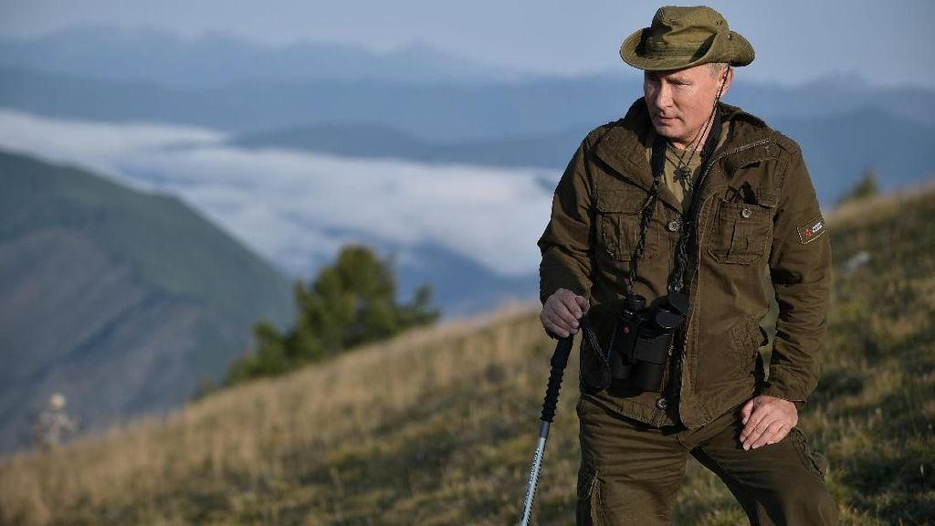 Gaya Macho Putin Saat Mendaki Gunung Siberia