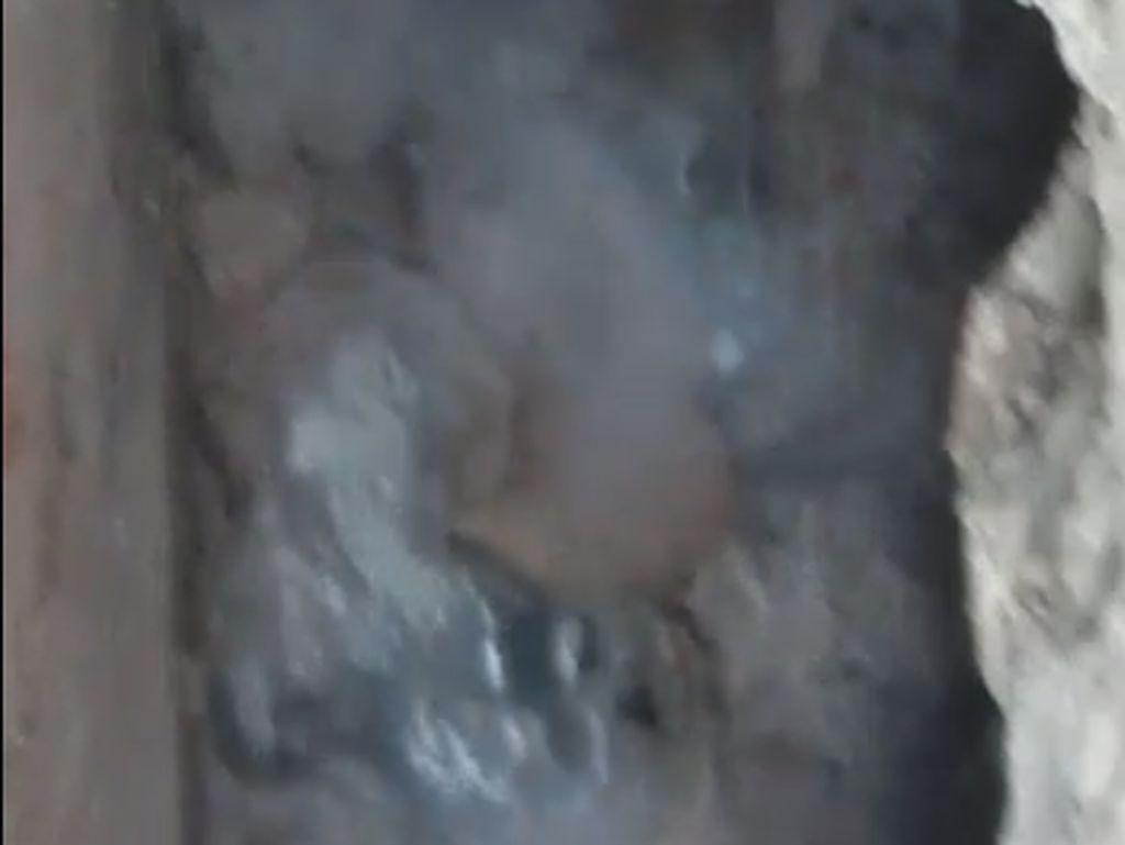 Gelembung Air Disertai Gas Muncul di Fatmawati