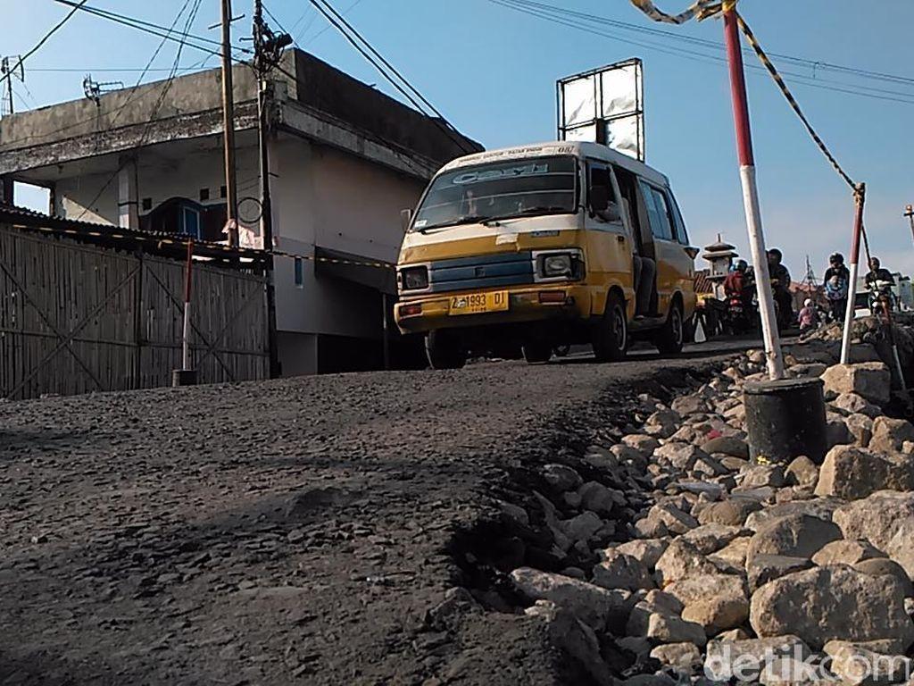 Merugi, Sopir Angkot di Garut Keluhkah Proyek Jembatan