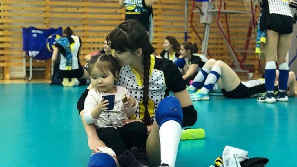 Potret si Cantik Sabina Altynbekova Saat Bersama Anak-anak
