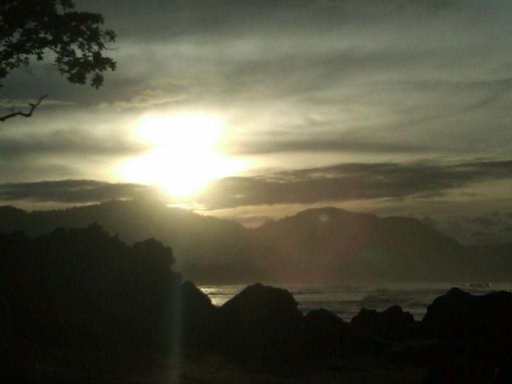 Berburu Sunrise Ciamik Pantai Pelabuhan Ratu
