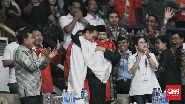 Hanifan Yudani Kusumah saat merangkul Jokowi dan Prabowo. (