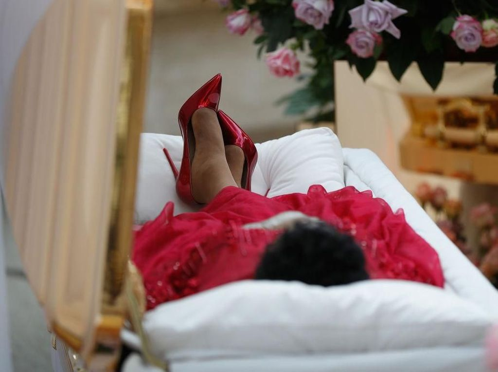 Foto: Aretha Franklin Disemayamkan di Peti Pakai Stiletto Christian Louboutin