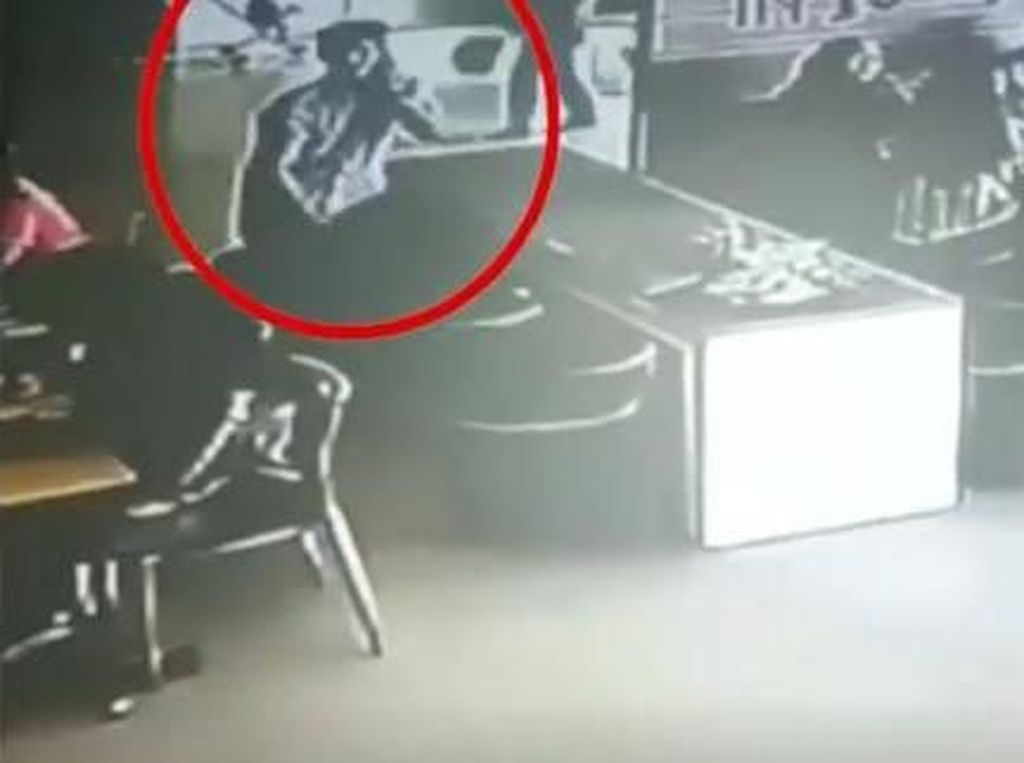 Tertangkap CCTV, Aksi Maling Tas di Mal Kota Kasablanka