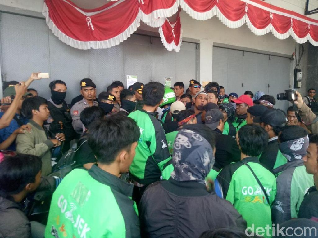 Driver Go-Jek Makassar Demo Kebijakan Poin hingga Suspend Massal