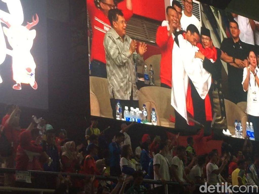 Kata Jokowi Saat Berpelukan dengan Prabowo dan Pesilat Hanifan