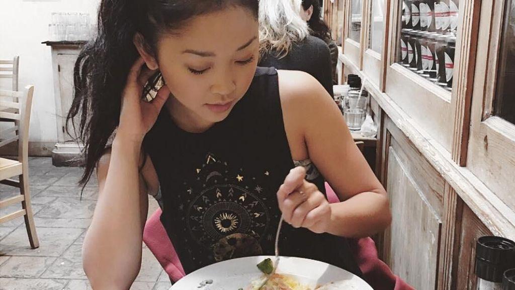 Cantiknya Lana Condor Saat Cicip Tiram hingga Masak Pasta