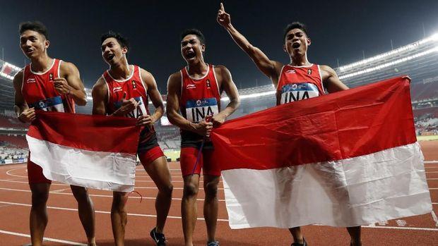 Lalu Muhammad Zohri dan kawan-kawan berhasil meraih medali perak di nomor lari estefat 4x100 meter. (
