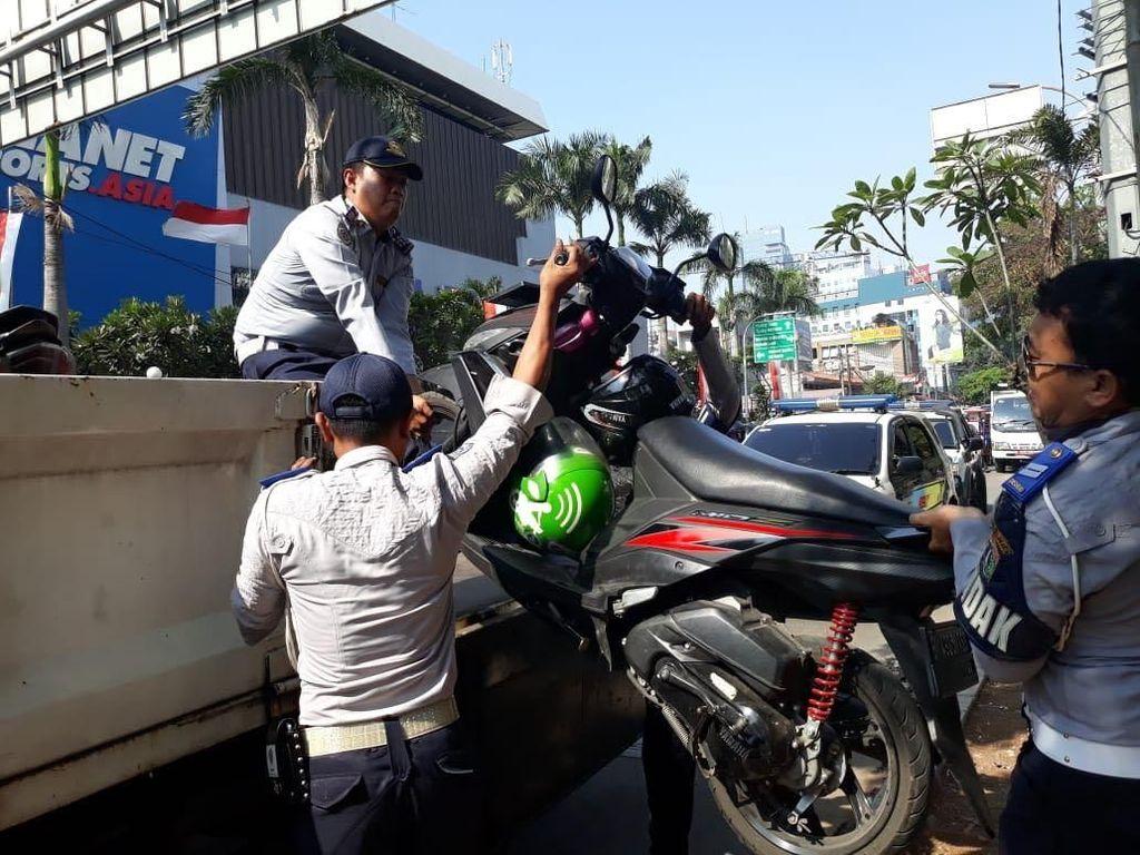 Dishub Angkut Motor Ojol yang Mangkal di Trotoar Sarinah