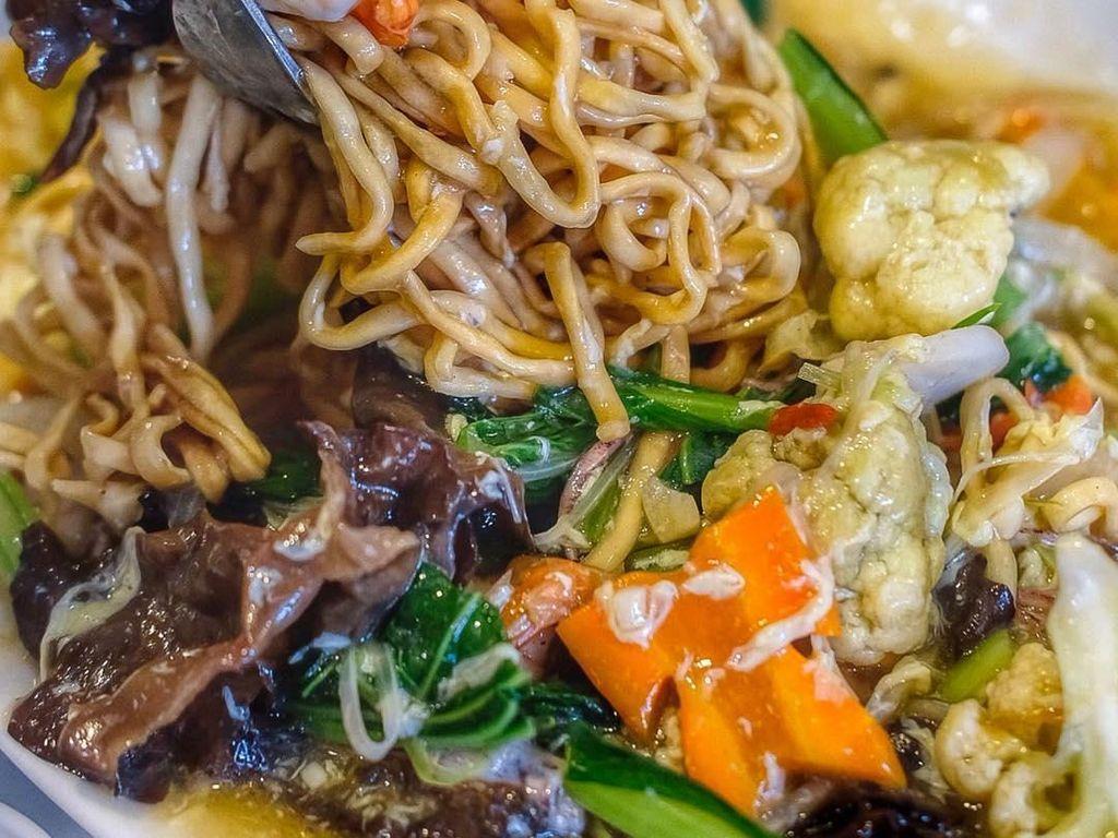I Fu Mie Berkuah Kental Ini Bikin Makan Siang Makin Mantap