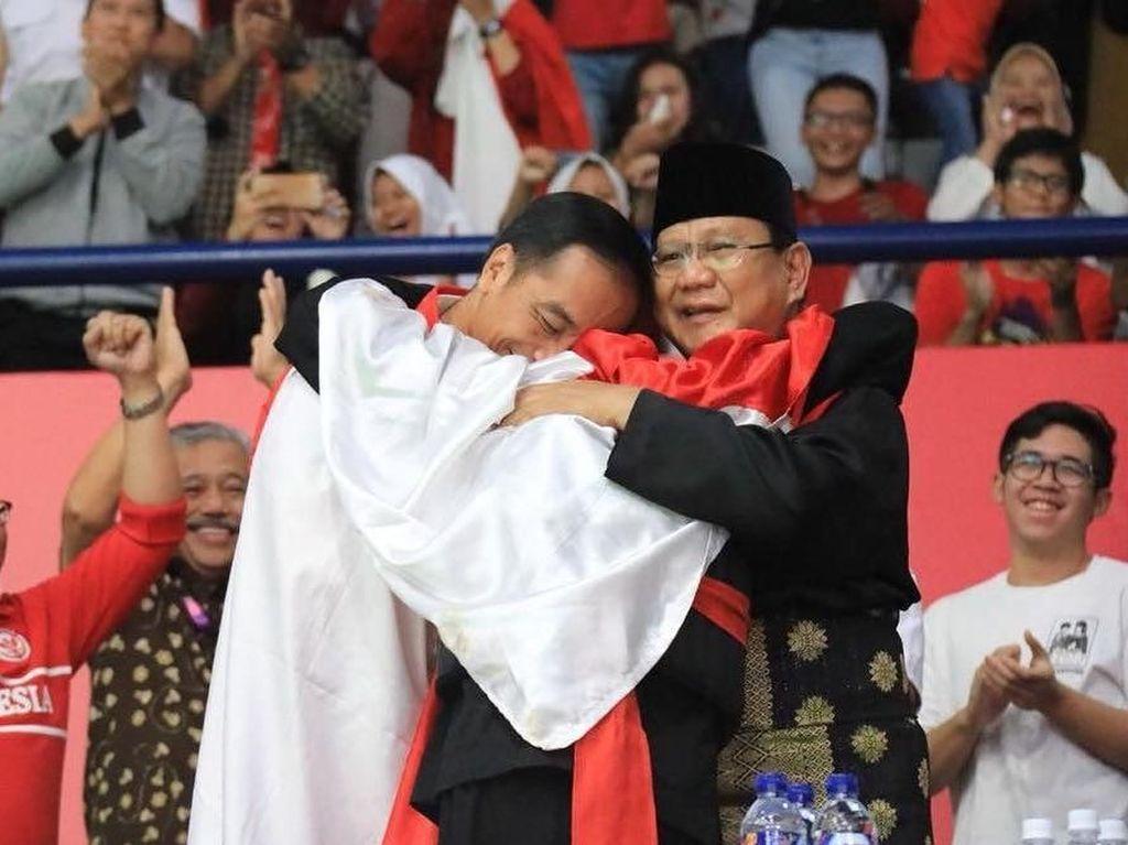 Peluk dan Tawa Jokowi-Prabowo dalam Selubung Merah Putih