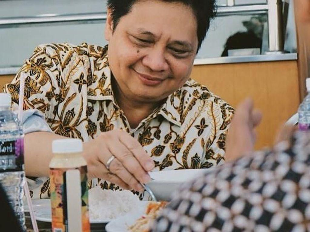 Momen Ketum Golkar, Airlangga Hartarto Ketika Makan dan Masak Bersama Keluarga
