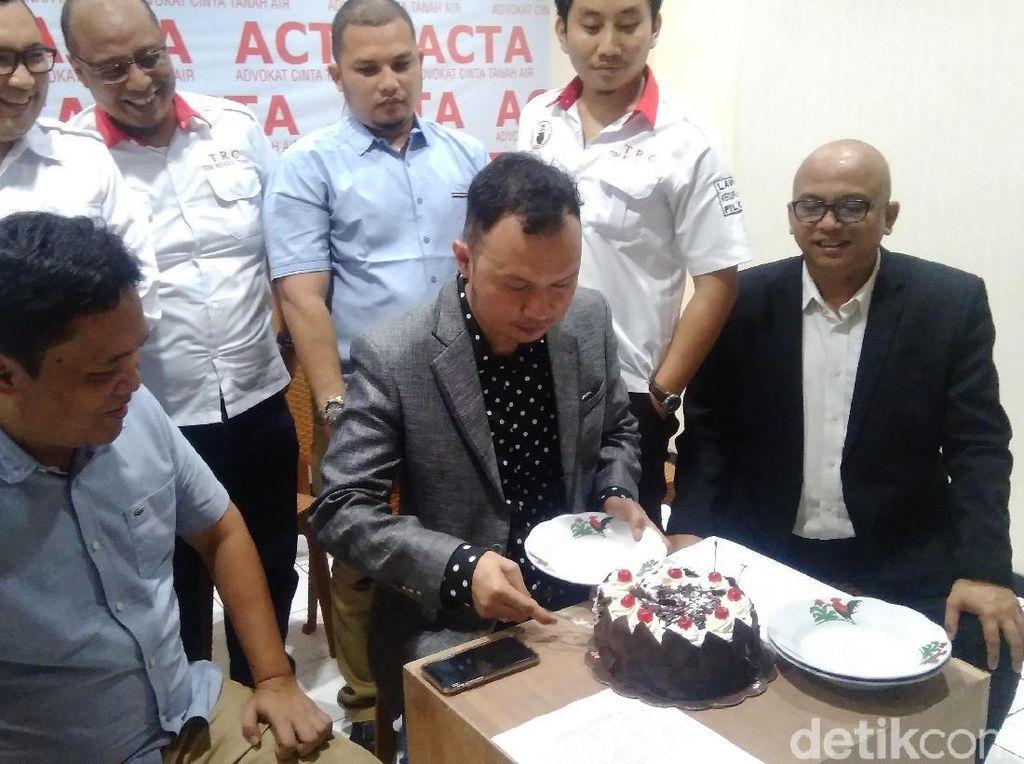 Bersyukur Dugaan Mahar Tak Bisa Dibuktikan, ACTA Potong Kue Tar