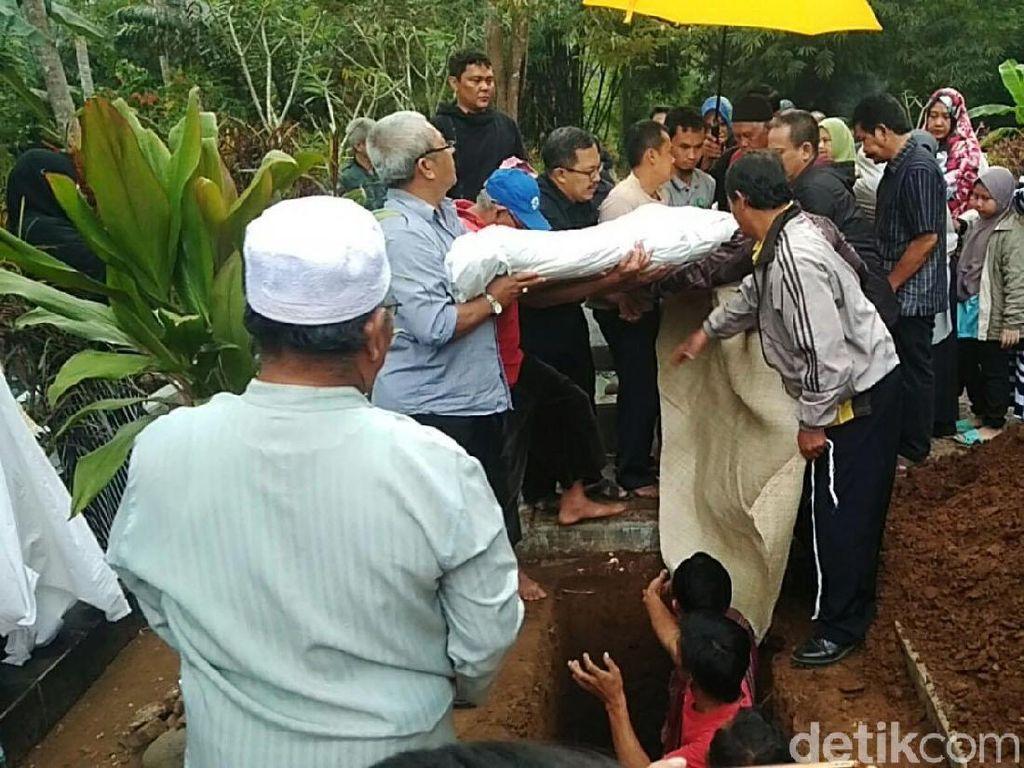 Isak Tangis Iringi Pemakaman Mahasiswi Bandung Korban Begal