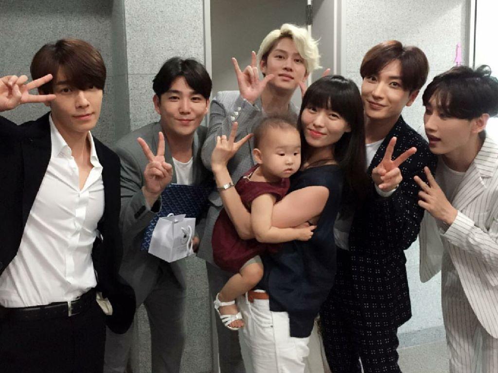 So Cute! Kedekatan Personel Super Junior dengan Anak-anak