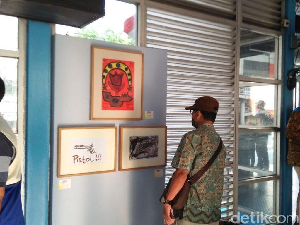 Melihat Karya Seni Orang Gangguan Jiwa di Halte Harmoni