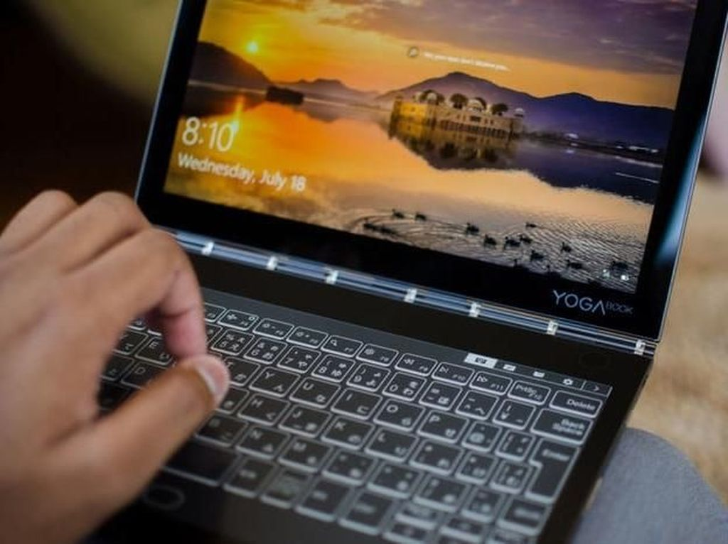Lenovo Pamer Laptop Pertama di Dunia dengan Dua Layar
