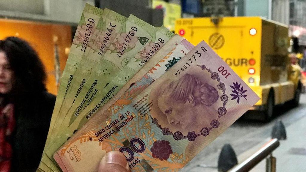Mata Uang Argentina Berdarah-darah, Warga Turun ke Jalan