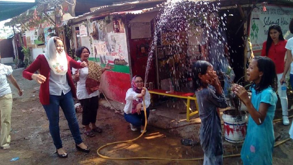 Bantuan Peralatan Air Bersih untuk Warga Menteng Pulo