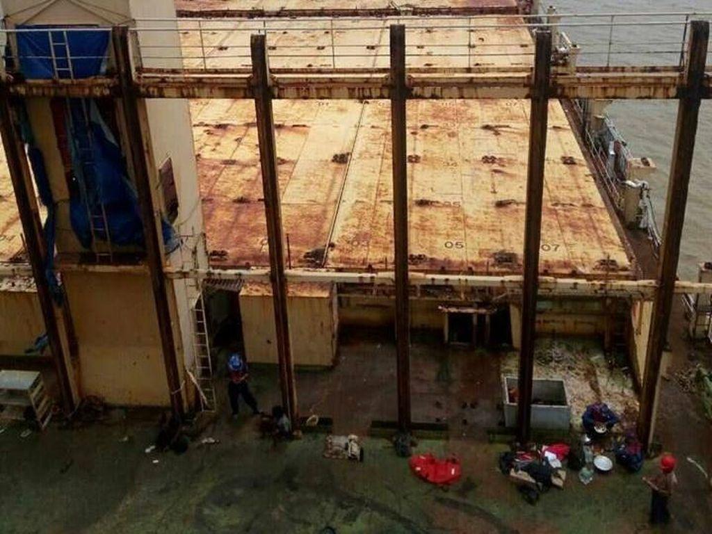 Kapal Hantu Ditarik Kapal Berawak 13 WNI Sebelum Kandas di Myanmar